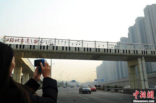 ,上面还画满了高音谱号和音符,其文艺的个性化设计让过往市民眼