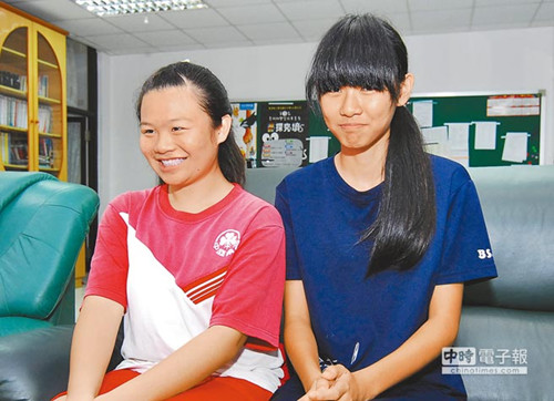 两个初中女学生放学目击车祸 肉身挡车护伤者 图
