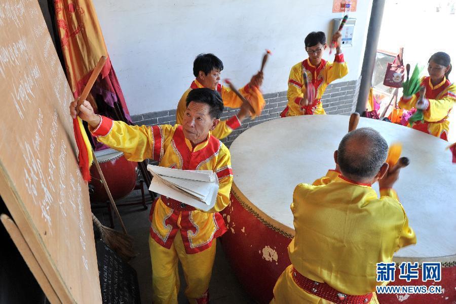望架子鼓谱子-8月14日,在河北省河间市,田文欣老人(左一)指挥鼓手按照鼓谱演