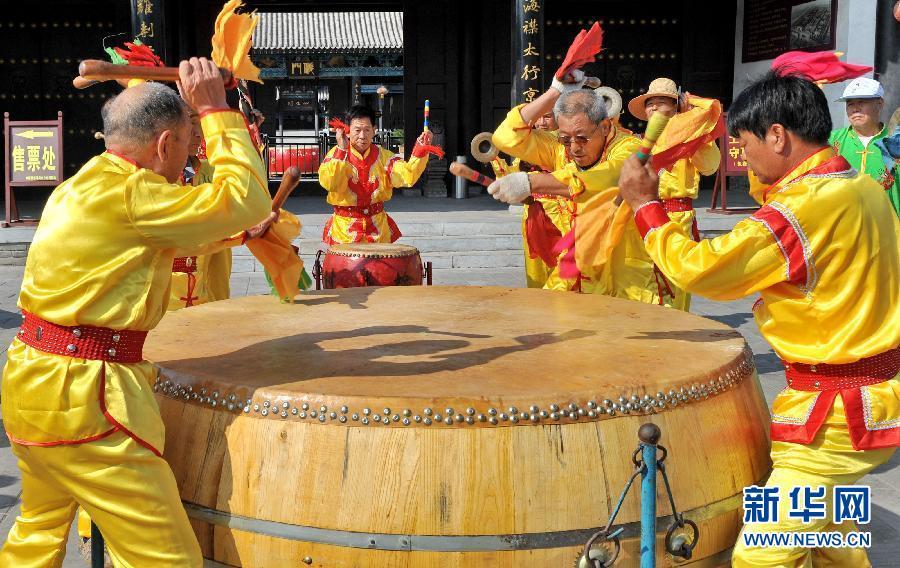 望架子鼓谱子-8月14日,在河北省河间市,鼓手在演奏河间大鼓.为抢救、保护和传