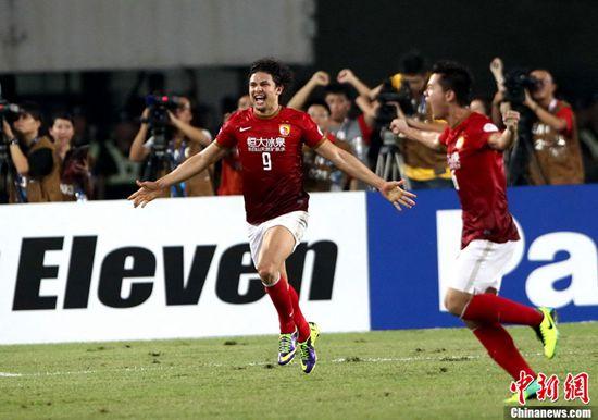 013年,广州恒大问鼎亚冠冠军,中国足球职业联赛的复苏势头明显图片